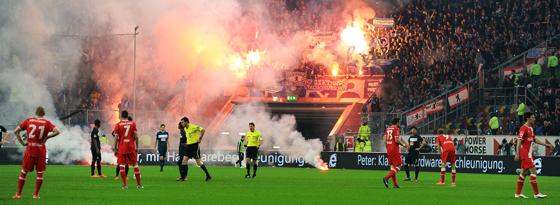Bengalische Feuer beim Relegationsspiel zwischen Düsseldorf und Hertha BSC.