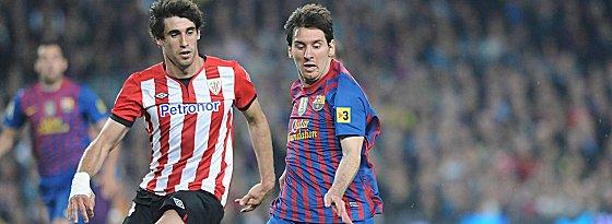 Heiß begehrt auf dem Transfermarkt, doch noch zu teuer: Javi Martinez, hier gegen Lionel Messi (re.).