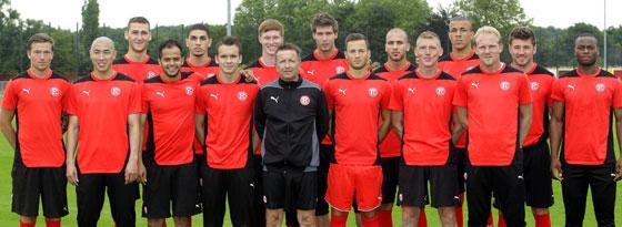 Keine ganze Mannschaft, nur die Neuen: Fortuna-Trainer Norbert Meier im Kreis der Neuzugänge.