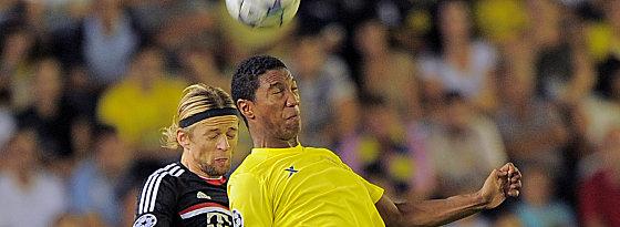 Wechselt von Villarreal nach Swansea: Jonathan de Guzman, hier gegen Bayerns Tymoshchuk (li.).