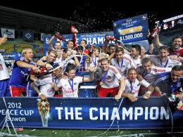 Der Hamburger SV bejubelt den Gewinn des Peace Cup