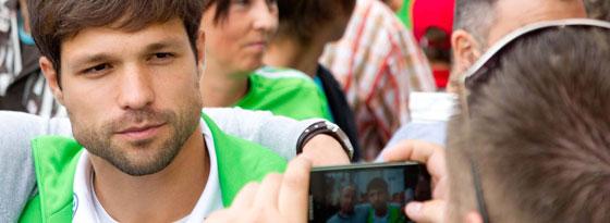 Begehrtes Motiv: Wolfsburgs Diego darf sich auch den Fußballfreunden in China zeigen.