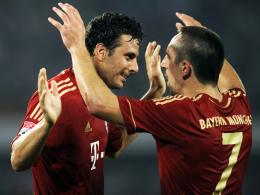 Bayern-Jubel: Franck Ribery (re.) gratuliert Doppeltorschütze Claudio Pizarro.