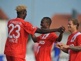 Die Augsburger Neuzugänge Bancé und Musona (mit Kevin Vogt, re.) waren die Matchwinner des FCA.