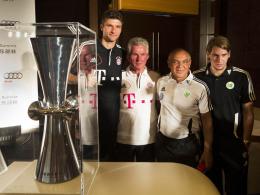 Gruppenbild mit Pokal: Thomas Müller, Jupp Heynckes, Felix Magath und Patrick Helmes (v.l.).