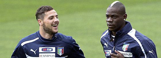 Neuer Mann für die Roma: Mattia Destro, hier Seite an Seite mit Nationalstürmer Mario Balotelli (re.).