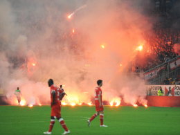 Trug zum Strafmaß bei: Pyrotechnik im und vor dem Berliner Block während des Relegationsspiels in Düsseldorf.