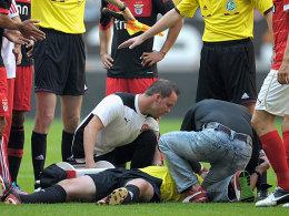 Unrühmliches Ende eines Testspiels: Nach einer Attacke von Benficas Luisao geht Schiedsrichter Fischer in Düsseldorf bewusstlos zu Boden.