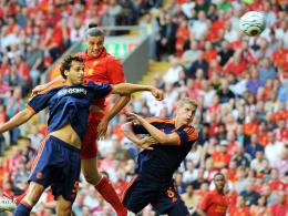 Überlegen: Liverpools Andy Carroll setzt sich gegen die Leverkusener Manuel Friedrich (li.) und Lars Bender durch.