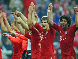 Javi Martinez (Mitte) feiert nach dem 6:1 gegen den VfB Stuttgart mit Fans und Kollegen