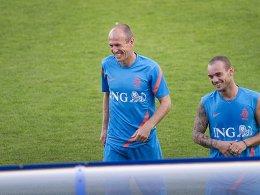 Vor dem Spiel gegen Ungarn noch guter Dinge: Arjen Robben scherzt mit Wesley Sneijder.
