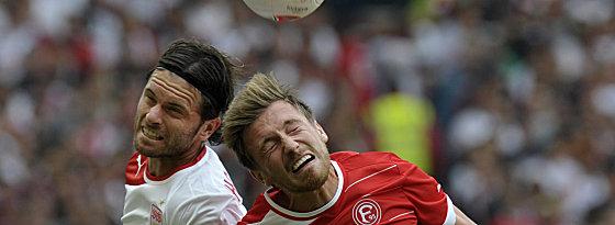 Sein Arbeitstag war früh beendet: VfB-Neuzugang Tim Hoogland, hier im Duell mit Düsseldorfs Adam Bodzek (re.).