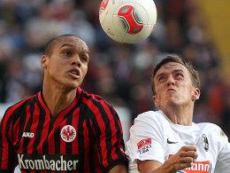 Fehlt am Wochenende in der Eintracht-Abwehr: Anderson, rechts Freiburgs Kruse.