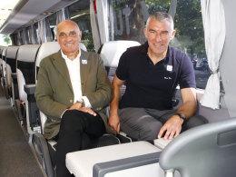Martin Kind und Mirko Slomka Seite an Seite im 96-Mannschaftsbus