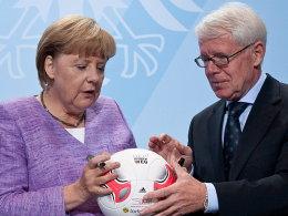 DFL-Chef Dr. Reinhard Rauball, hier mit Bundeskanzlerin Angela Merkel, hat in Fragen Stadionsicherheit noch viel Arbeit vor sich.