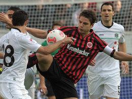 Mittendrin und wichtig: Eintracht-Kapitän Pirmin Schwegler, hier gegen Hannover.