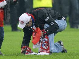 Ausgrabungsarbeiten beim Relegationsspiel Düsseldorf vs. Hertha BSC