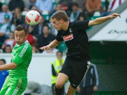 Erste Schritte in Richtung Comeback: Matthias Ginter (hier im Duell mit Wolfsburgs Olic, li.) hat das Lauftraining aufgenommen.