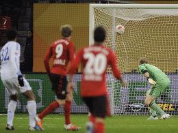 Maßarbeit: Andre Schürrles Schuss schlägt exakt oben links zur Leverkusener Führung ein.