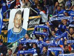 Die Unterstützung ist groß: Hoffenheimer Fans haben ein Plakat mit Vukcevics Konterfei gemacht.