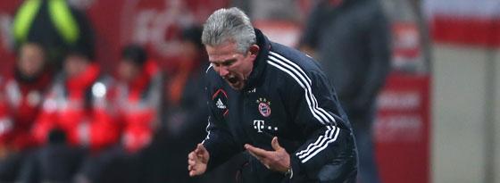 Bayern-Trainer Jupp Heynckes ärgert sich während des Spiels in Nürnberg.
