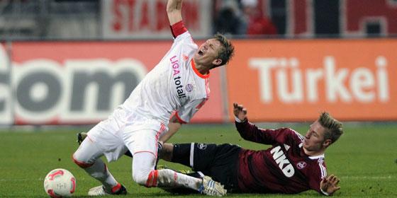 Bastian Schweinsteiger im harten Duell mit Nürnbergs Sebastian Polter.