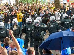 Auseinandersetzungen am Rande des Derbys zwischen Dortmund und Schalke.