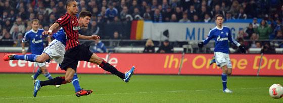 Der Hunter ist wieder da und macht nach 591 torlosen Bundesliga-Minuten das 1:0 gegen Frankfurt.