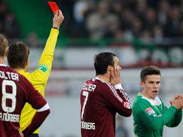 Harte Entscheidung: Schiedsrichter Brych zeigt dem Nürnberger Feulner die Rote Karte.