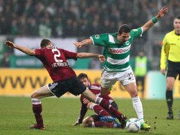 Timmy Simons gegen Sercan Sararer (r.) beim letzten Derby im DFB-Pokal, das Fürth mit 1:0 in Nürnberg gewann