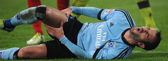 Das Ende: Rafael van der Vaart liegt nach einem Laufduell mit schmerzverzerrtem Gesicht am Boden.