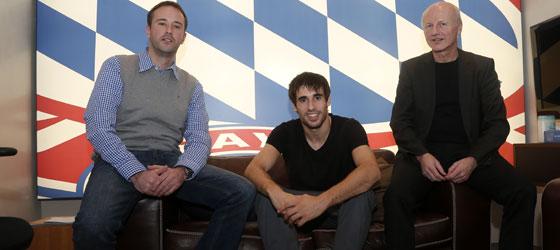Javi Martinez, eingerahmt von kicker-Chefredakteur Jean-Julien Beer (li.) und Chefreporter Karl-Heinz Wild.