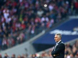 Mirko Slomka besteht reichlich bedröppelt im Münchner Stadion, wo sein Team 0:5 unterging.