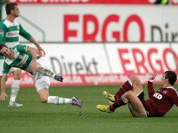 Das Foul, das zur Roten Karte führte: Markus Feulner streckt seinen früheren Bayern-Kollegen Stephan Fürstner (li.) nieder.