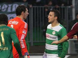 Eine Begegnung mit Folgen: Fürths Sararer muss nach seine Spuck-Attacke gegen Nürnbergs Schäfer drei Spiele pausieren.