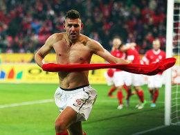 Der Mainzer Torjäger Szalai war wieder mal zur Stelle und freute sich entsprechend.