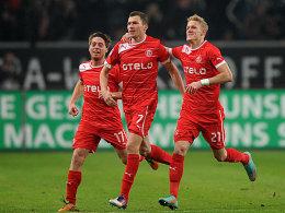 Oliver Fink (Mitte) freut sich über seinen Treffer zum 2:0.