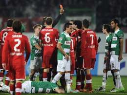 Der Fürther Pekovic krümmt sich am Boden, Stuttgarts Tasci sieht Rot.
