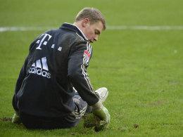 Manuel Neuer pflegt den Rasen in Augsburg