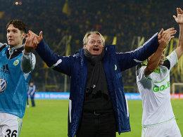 Ließ sich nach dem Erfolg in Dortmund gebührend feiern: VfL-Interimstrainer Lorenz-Günther Köstner.