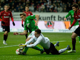 Bremens Petersen schnappt sich gegen Frankfurts Trapp den Ball, wird aber zurückgepfiffen.