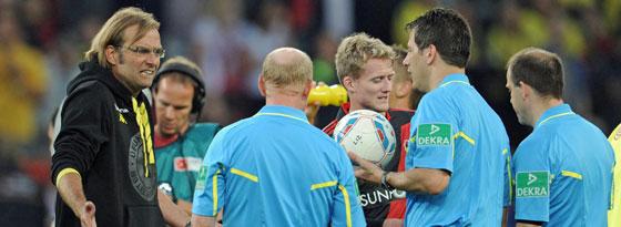 Leverkusen, 27. August 2011: Jürgen Klopp beschwert sich bei Wolfgang Stark.