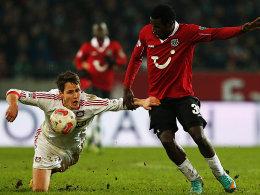 Bayer strauchelt: Leverkusens Wollscheid gerät gegen Hannovers Diouf ins Trudeln.