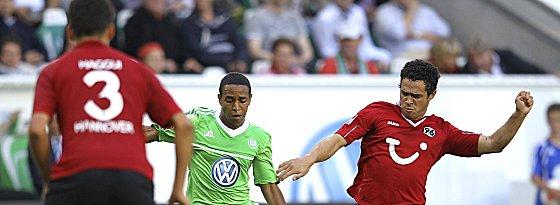 Kam seit Januar 2011 auf sechs Einsätze in der Bundesliga: Wolfsburgs Yohandry Orozco, hier gegen Hannovers Schmiedebach (re.).