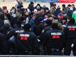 Protest vor dem Sheraton Hotel: Die Polizei trennte Fans und DFL.