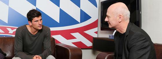 Treffpunkt Säbener Straße: Mario Gomez im Gespräch mit kicker-Chefreporter Karlheinz Wild.