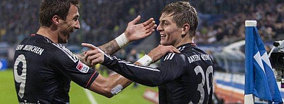 Beim 3:0 in Hamburg banden die Bayern nach Wiederanpfiff schnell den Sack zu: Müller (48.) und hier Kroos (53., li. Mandzukic) erzielten die Tore zwei und drei.