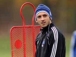 Hamburgs Gojko Kacar könnte nach Hannover wechseln, aber er müsste auf Gehalt verzichten.
