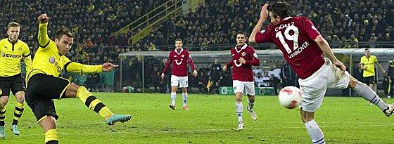 Kaum einer redet mehr über Kagawa: Mario Götze (hier gegen Hannover 96) lässt brasilianische Balltänzer vor Neid erblassen.
