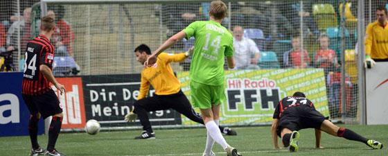 Der Offenbacher trifft gegen Eintracht Frankfurts Torwart Oko Nikolov.
